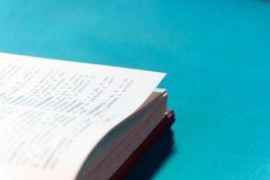 Header blog: Clickertraining woordenboek voor beginners: Begin je met clickertraining? Dan kan er veel informatie op je af komen! In deze blog een clickertraining woordenboek met alle belangrijke termen zoals positieve bekrachtiging, leertheorie, conditioneren