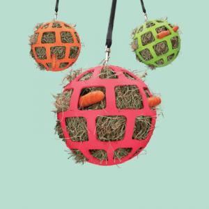 Product: Hay Slowfeerder fun & Flex. Flexibele hooibal van 22 cm met ophangkoort van goede kwaliteit. Vul de bal met hooi en/of vers gras om je paard een leuke uitdaging te geven